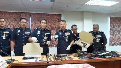 耶兹(左4)出示党匪干案是所用的仿造警察证件,以及其他道具。