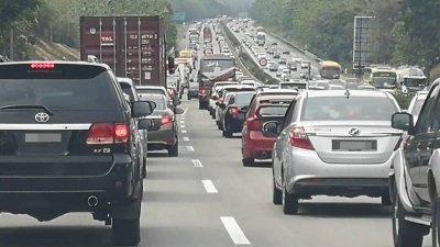 南北大道马六甲北上吉隆坡第208公里,在大年初三出现长达数公里车龙。
