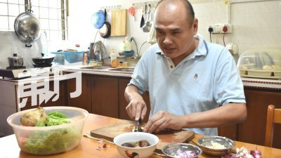 虽然已经完全失明,但自小喜爱烹饪的罗维强对握刀或拿锅铲非常熟悉,切菜备料时,刀法非常纯熟。