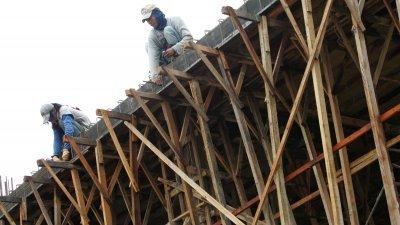 经济前景不佳,建筑业首当其冲,,建筑商都在苦苦撑著,希望能度过困境。