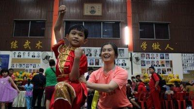 """霍静虹(右)亲自教导学员""""霍家练手拳""""的精髓,包括姿势的标准。"""