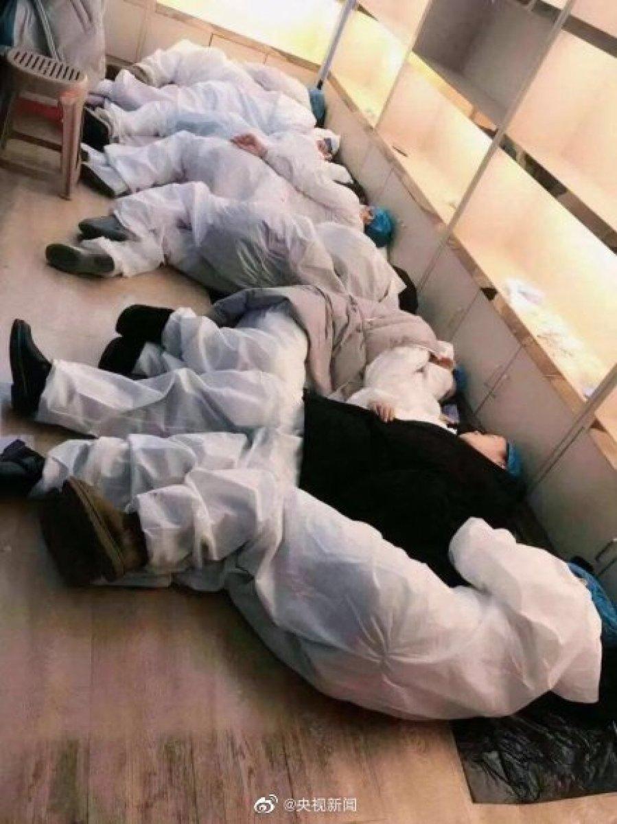 Foto dokter dan perawat yang kelelahan karena merawat pasien mengidap virus corona di China.