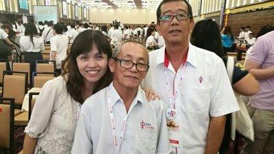 张念群(左起)在2016年在面子书上传与父亲张敬良的合照。(照片取自张念群面子书)