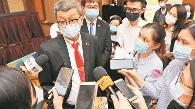 林福山周一在股东大会后接受各报记者访问。