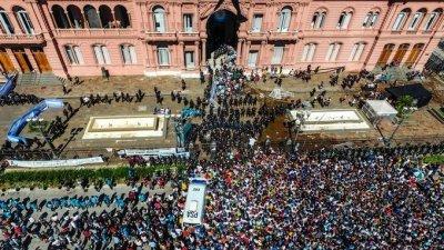 阿根廷总统府外挤满远道而来的马拉多纳球迷,想跟这位国家英雄做最后的告别。