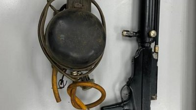 警方在一住家内,起获一把自制气枪和气压泵。