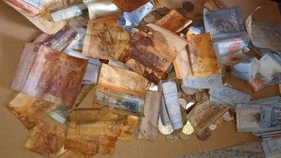 一名巫裔女子把多张20、50和100令吉的钱币存放在钱罐内,岂料近日打开数算时,竟发现里头有约1000令吉的钱币已经腐化,让她当场崩溃。