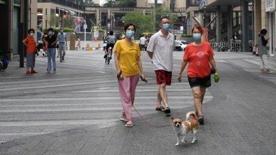 广东省广州市荔湾区,居民上周四在广钢新城散步休闲。在当天,广州荔湾芳村片区(鹤园小区除外)恢复对外人员和交通通行。(中新社)