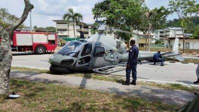 海军直升机不知何故紧急降落,所幸4名机组人员也安全著地,没有构成任何伤亡。(取自社交媒体)