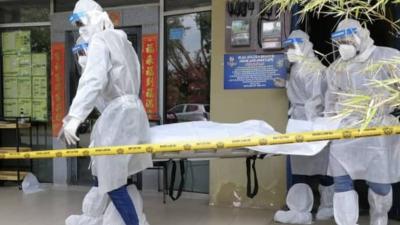 男子在自家餐馆上吊自杀,当局派员抬走尸体