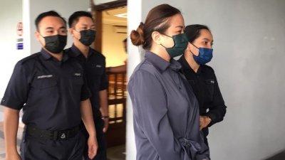 华裔女商人(前排左2)不认洗黑钱罪,获准以5万令吉保外候审。