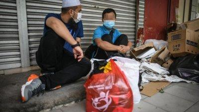 华裔宗教司Ebit Lew(左)到巴生武吉拉惹镇,协助一名因双亲染疫身亡而流浪街头的男童,并安排男童入读宗教学校。
