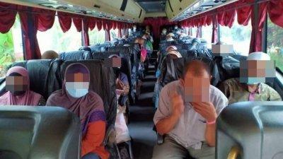 村民坐上巴士,被送往隔离中心隔离。(档案照)