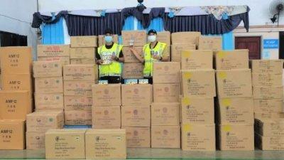 甘榜亚齐第一区水警展开取缔行动,起获97箱无执照及准证的烟花与鞭炮。
