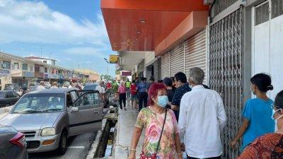 马六甲民众聚集在一间电信公司门外,引起警方关注。