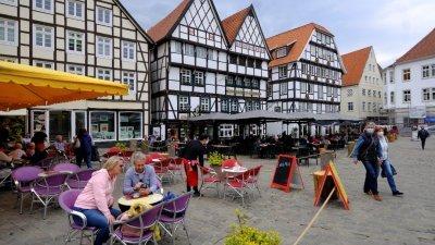 北莱恩-威斯特伐利亚州放宽防疫管制,民众在索斯特一家意大利冰淇淋店外的封锁区内用餐。(图取自路透社)