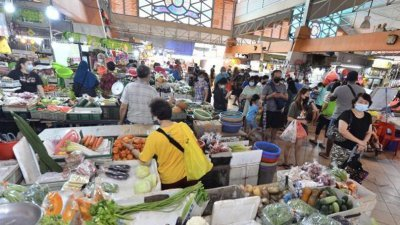 新加坡义顺忠邦湿巴刹周六早人潮依旧,但公众的采购量增加。